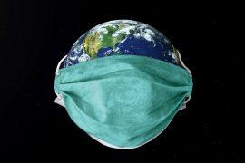 Planet Erde mit Mund-Nase-Bedeckung